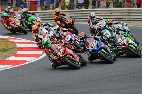 Battle lines drawn as British Superbike title fight powers into Thruxton